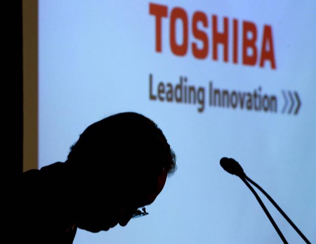 Chủ tịch Tập đoàn Toshiba, ông Satoshi Tsunakawa cúi đầu xin lỗi trong một cuộc họp báo tại trụ sở tập đoàn ở Tokyo. (Nguồn: wtop.com)