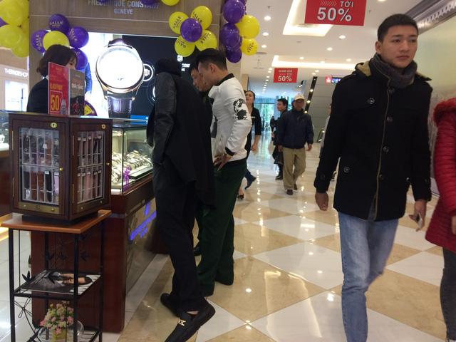 Mới khoảng 9 giờ sáng nhưng khách đã tranh thủ đi sớm để mua được hàng tốt