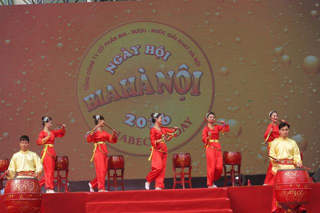 """Lãnh đạo của Habeco cho biết """"Ngày hội Bia Hà Nội 2017 là một điểm nhấn quan trọng trong các sự kiện văn hóa xã hội của Hà Nội và có quy mô hoành tráng hơn qua các năm. Đây là dịp để chúng tôi có cơ hội tri ân cảm tạ với con người và mảnh đất Thăng Long ngàn năm văn hiến, là dịp để cộng đồng những người sành bia có khoảnh khắc vui vẻ, thư giãn và đáng nhớ, cùng nhau ôn lại những nét văn hóa mang hương sắc của người Hà Nội""""."""