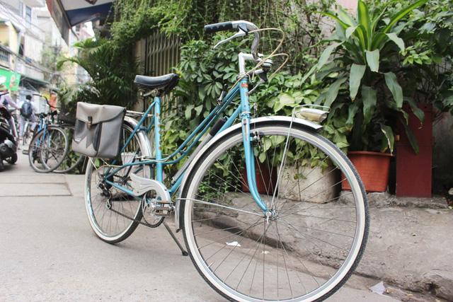 """Đã từng có thời, xe đạp Peugeot là biểu tượng của sự giàu sang, là tiêu chuẩn kén chồng của bao cô gái Hà Nội. Ai có chiếc xe này có thể xếp vào hàng giàu có, lắm tiền nhiều của. Vì vậy mà người ta mới có câu cửa miệng: """"Một yêu anh có Seiko/ Hai yêu anh có Peugeot cá vàng/ Ba yêu nhà cửa đàng hoàng/ Bốn yêu hộ tịch rõ ràng Thủ đô""""."""