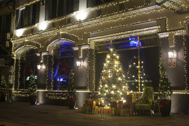 Những nhà hàng mới khai trương cũng rất đầu tư về trang trí mùa Giáng sinh. (Ảnh: Hồng Vân)