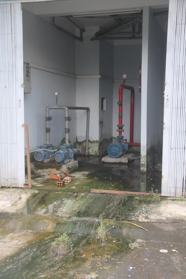 Hệ thống ống nước bơm rất nhếch nhác và xuống cấp
