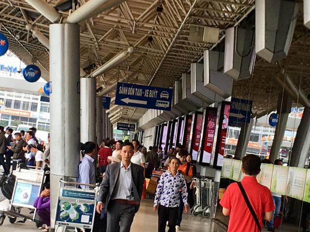 Hình ảnh hành khách xếp hàng làm thủ tục đi máy bay trong giờ cao điểm của ngày thường