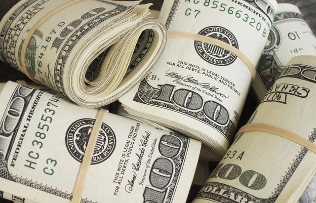 Tiện tay mua vé số lúc dạo siêu thị, trúng ngay 1 triệu USD