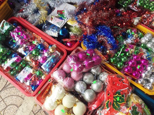 Một nhân viên bán hàng tư vấn cho khách mua đồ trang trí Giáng sinh