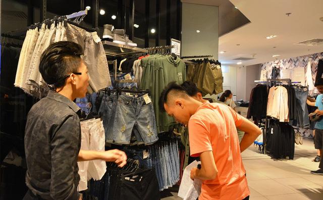 """Quần áo mùa đông đã được nhiều cửa hàng """"bung"""" ra thị trường."""
