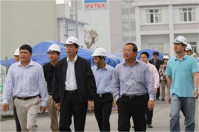 Ông Phùng Đình Thực (mặc áo khoác đen) trong một lần xuống nhà máy PVTex. Ảnh: Website PVTex