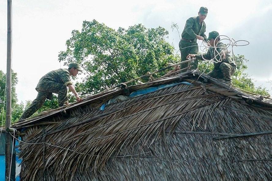 Người dân chằng chống nhà cửa để ứng phó với bão số 16 Tembin. Ảnh: Nhật Hồ