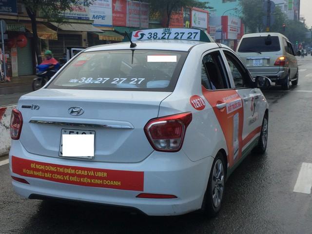 Hồi tháng 10/2017, xe của hãng taxi Vinasun treo băng rôn phản đối Grab, Uber