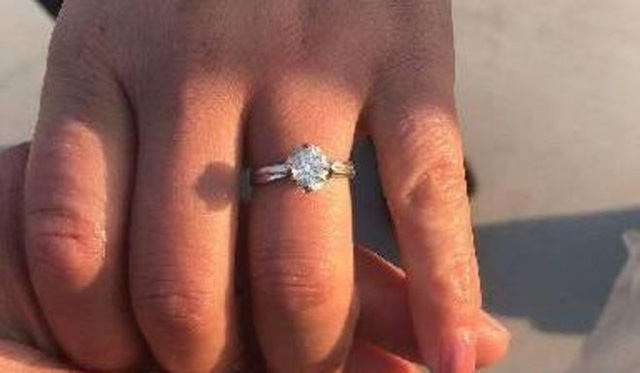 Cô Xia tìm được chiếc nhẫn kim cương sau khi được trợ giúp bởi 8 công nhân vệ sinh trong 2 giờ đồng hồ. (Nguồn: SCMP)