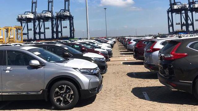 Theo Chi cục Hải quan cửa khẩu cảng Hiệp Phước, trong tháng 12/2017, số lượng xe ô tô nhập khẩu qua cảng Hiệp Phước tăng mạnh, hiện có khoảng 1.700 chiếc xe ô tô loại dưới 9 chỗ ngồi và xe bán tải đã về cảng, đang làm thủ tục nhập khẩu, tăng gấp 3 lần so với trước đó.