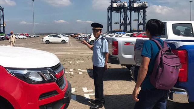 Ông Đinh Ngọc Thắng (áo trắng, bìa phải), Phó Cục trưởng phụ trách Cục Hải quan TP.HCM trực tiếp xuống các Chi cục đôn đốc công tác tạo thuận lợi thương mại, thu ngân sách cuối năm.