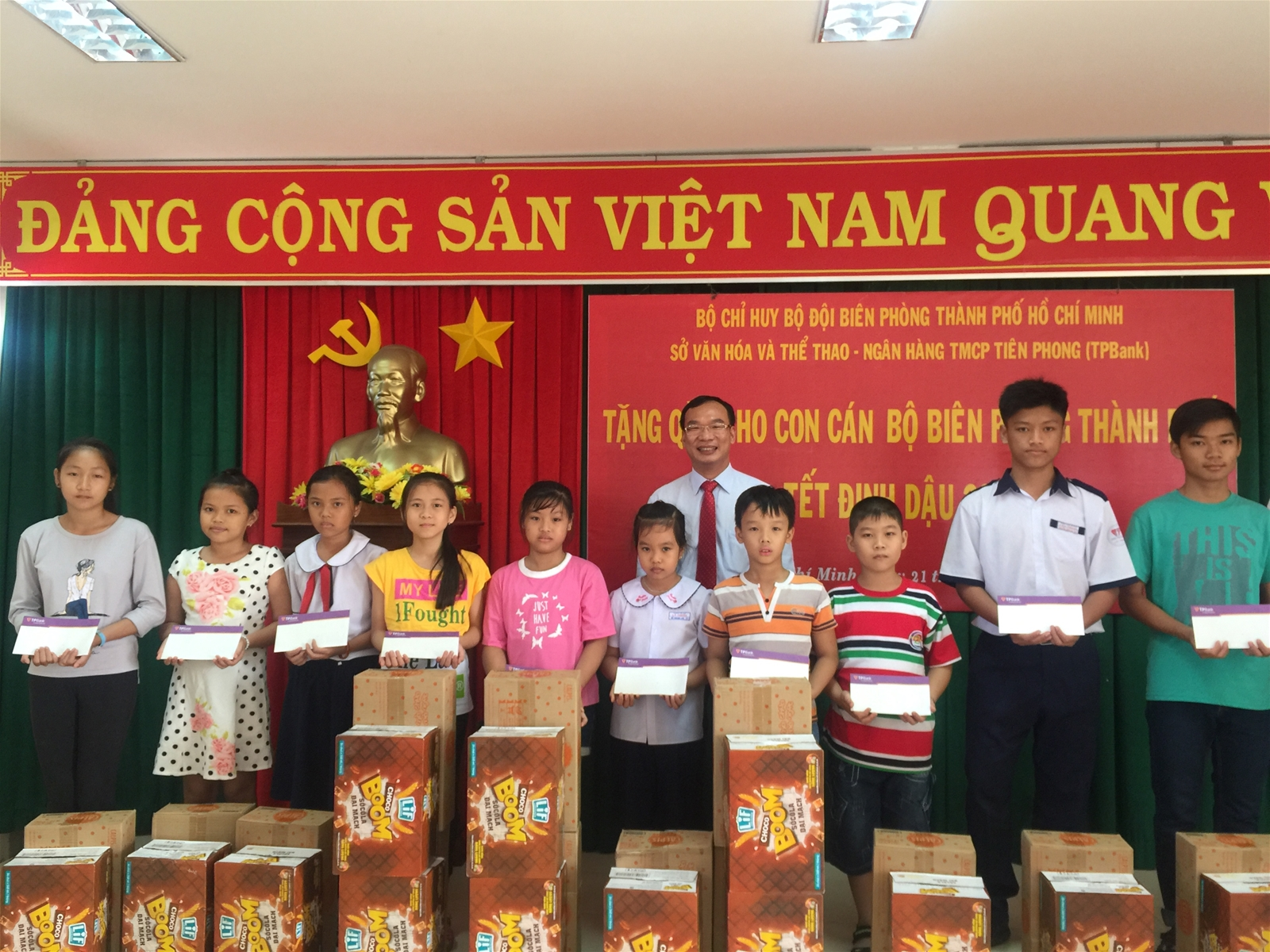 TPBank tặng quà cho con em cán bộ chiến sĩ Hải đội 2, huyện Cần Giờ