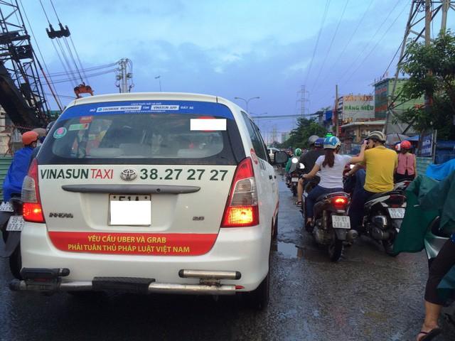 Hồi tháng 10/2017, xe taxi Vinasun treo băng rôn phản đối Grab, Uber