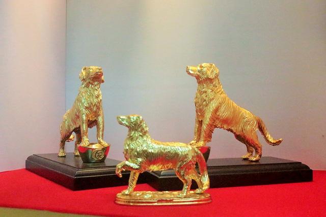 """Tượng linh khuyển mạ vàng đang tạo nên cơn """"sốt"""" trên thị trường quà Tết."""