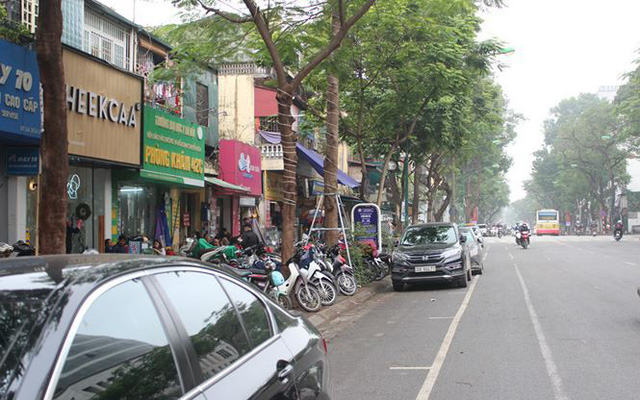 Một dự án chưa triển khai trên phố Lý Thường Kiệt trở thành nơi đỗ xe trong giờ hành chính.