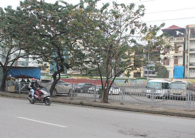 Bãi xe của công ty CP Đồng Xuân trên đường Trần Quang Khải (Hoàn Kiếm) cũng thưa thớt xe hơn bình thường.