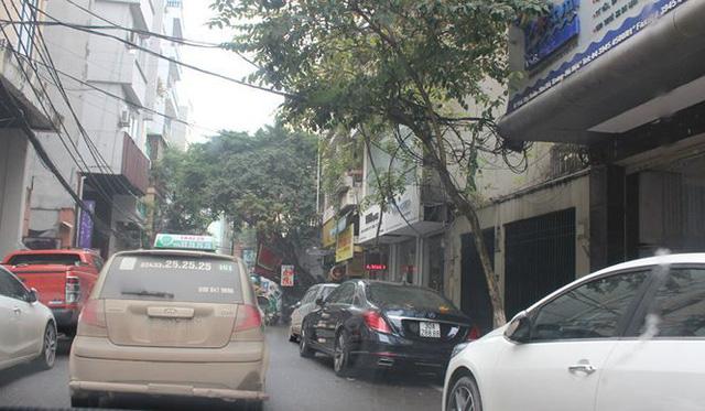 Phía ngoài mặt đường, xe đỗ kín 2 hàng khiến di chuyển vô cùng khó khăn.
