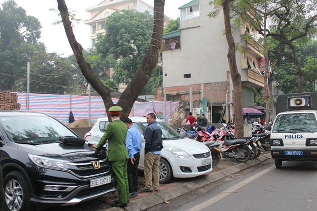 Trên tuyến phố Lý Thường Kiệt, lực lượng công an phường liên tục xử phạt các trường hợp đỗ xe trên vỉa hè.