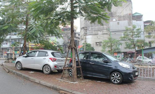 Xe đỗ trên vỉa hè đoạn Cầu Khỉ - đầu phố Nguyễn An Ninh (quận Hai Bà Trưng)