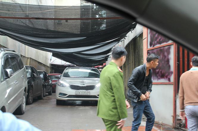Tại tuyến phố Bùi Thị Xuân, một mảnh đất chưa xây ngay lập tức được tận dụng làm bãi đỗ xe.