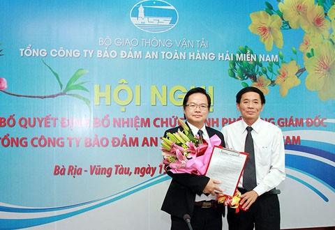 Ông Phạm Tuấn Anh (trái) lúc nhận quyết định bổ nhiệm vào tháng 2/2014.