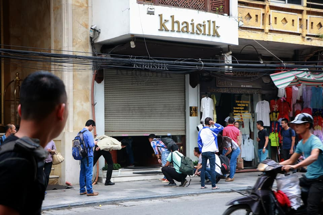 Cửa hàng của Khaisilk tại số 113 Hàng Gai đã đóng cửa sau sự cố cắt mác hàng nhập từ Trung Quốc để gắn hàng sản xuất ở Việt Nam.