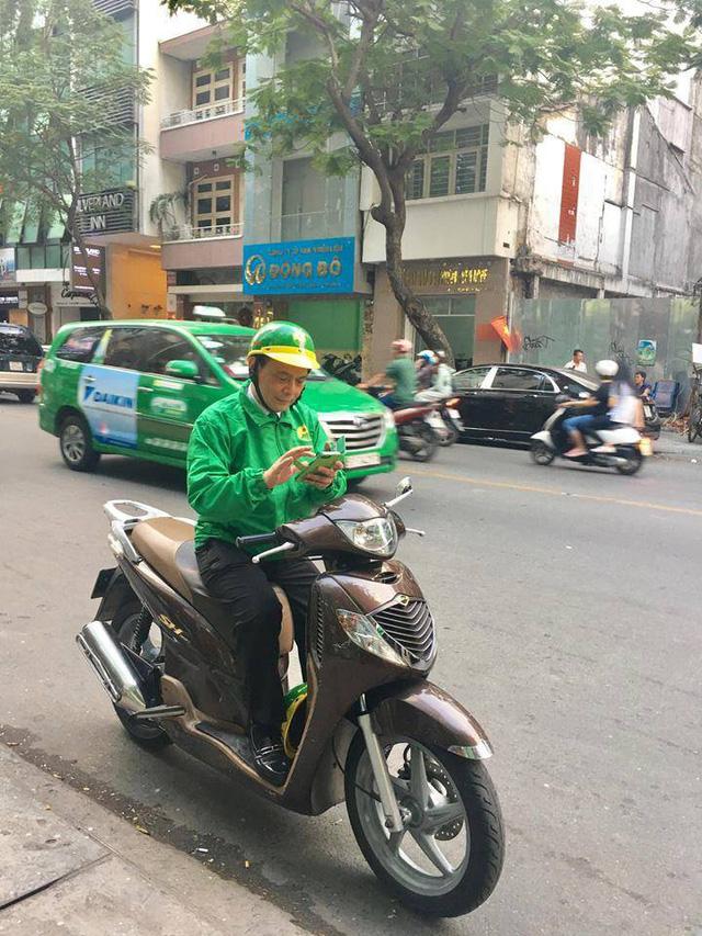 """Đang """"quyết đấu"""" Uber, Grab, """"ông chủ"""" Mai Linh bất ngờ… chạy xe ôm"""