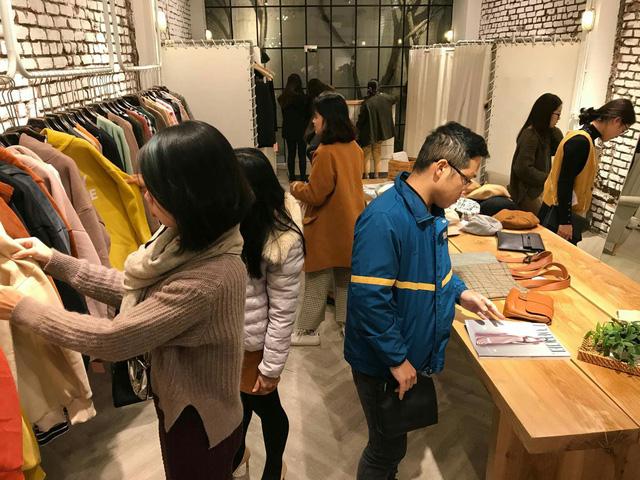Trong những ngày rét đậm, khách hàng có nhu cầu mua những loại quần áo giữ nhiệt, áo khoác đại hàn nhiều hơn. (Ảnh: Hải Nguyễn)