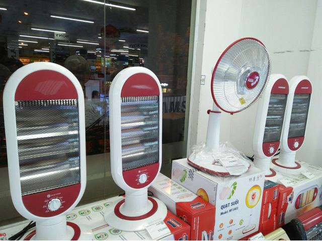 Quạt sưởi và đèn sưởi không có độ bền cao nên người mua có thể phải mua nhiều lần. (Ảnh: Hồng Vân)