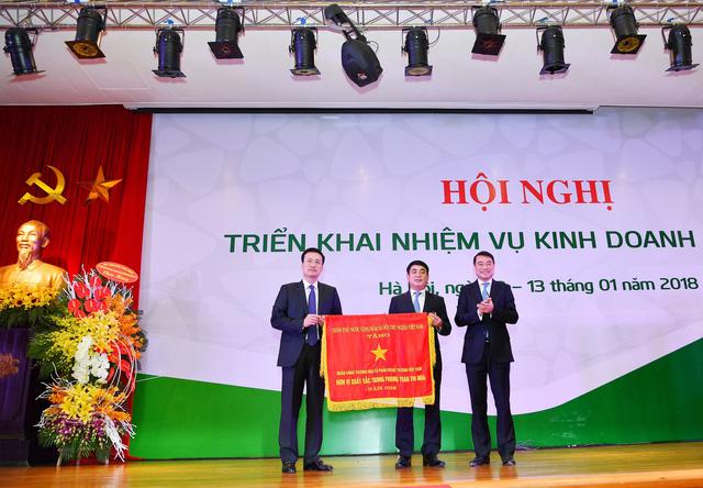 Lãnh đạo Vietcombank nhận Cờ Thi đua đơn vị xuất sắc năm 2016