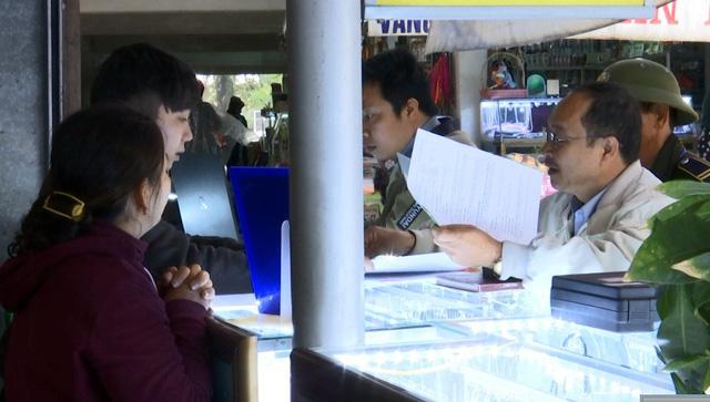 Lực lượng chức năng kiểm tra các cửa hàng kinh doanh vàng