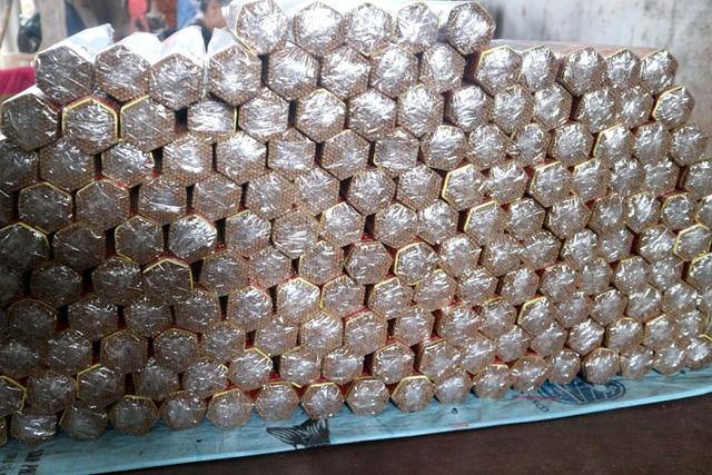 Sau khi hương phơi khô, được bó thành hình lục giác rồi đóng gói. Giá hương ngày Tết thường cao hơn 4-5 lần so với ngày thường, do giá nguyên liệu tăng cao và phải làm tỉ mỉ hơn