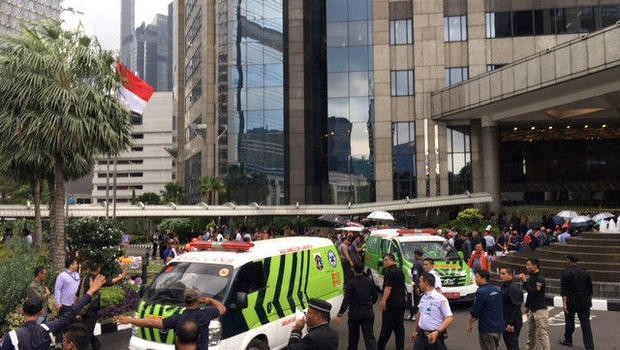 Mọi người chạy trốn khỏi tòa nhà qua một hành lang với đầy các mảnh vụn. (Nguồn: CBS News)