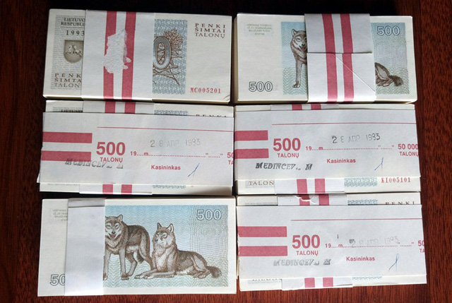 Gom hàng ngàn tờ tiền in hình chó nước ngoài lì xì ngày tết