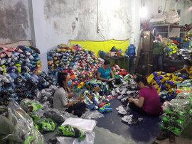 Bắt quả tang cơ sở nghi sản xuất giày thể thao Nike, Adidas giả