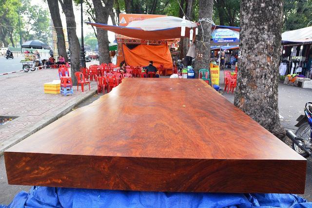 Sập gỗ Cẩm Nam Phi được chào bán với giá 2,3 tỷ đồng là sản phẩm có giá đắt nhất tại hội chợ nội thất diễn ra tại công viên Gia Định. Đây là loại gỗ Cẩm có xuất xứ từ Nam Phi.