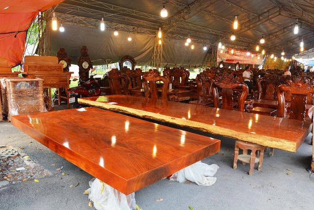 Người bán hàng cho biết, sập gỗ cẩm Nam Phi là gỗ nguyên miếng có tuổi đời hàng ngàn năm. Chiếc sập gỗ có chiều dài 5,3m, rộng 2,24m và được nhập về bằng đường biển