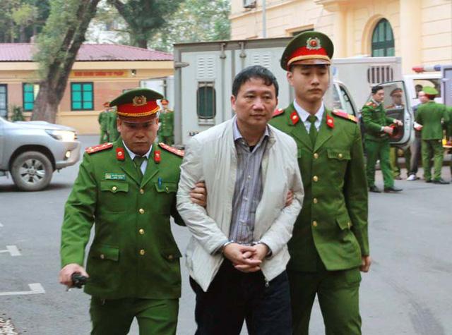 Các bị cáo được dẫn giải đến tòa nghe tuyên án sáng nay (ảnh TTX)