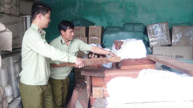 Quảng Nam: Bắt gần 2 tấn gỗ hương, trắc không giấy tờ