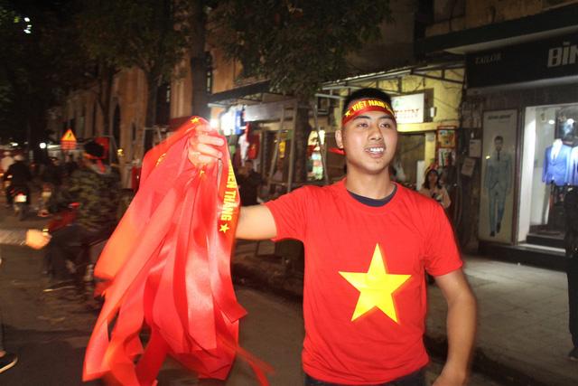 U23 Việt Nam vào chung kết, giới buôn áo, cờ đỏ sao vàng lãi đậm
