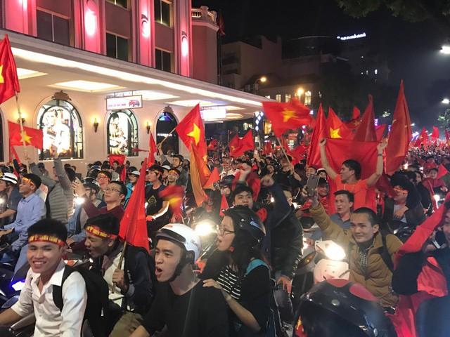 Người hâm mộ đổ ra đường ăn mừng sau chiến thắng của đội tuyển U23 Việt Nam.