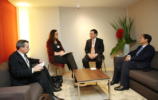Phó Thủ tướng tiếp Cao ủy Liên minh châu Âu tại Davos