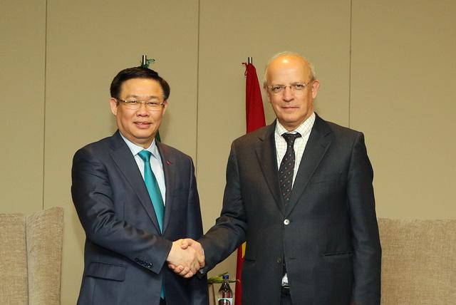 Phó Thủ tướng Vương Đình Huệ và Bộ trưởng Bộ Ngoại giao Bồ Đào Nha Augusto Santos Silva gặp gỡ ngày 26/1