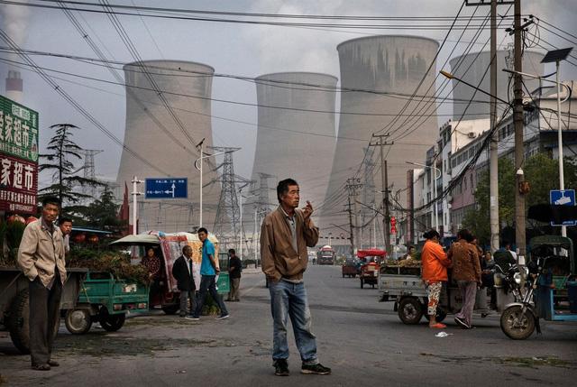 Nhà máy nhiệt điện than thải ra không khí ô nhiễm ở ngay cạnh khu chợ đông dân cư tại Trung Quốc. (Nguồn: Kevin Frayer/Getty Images)