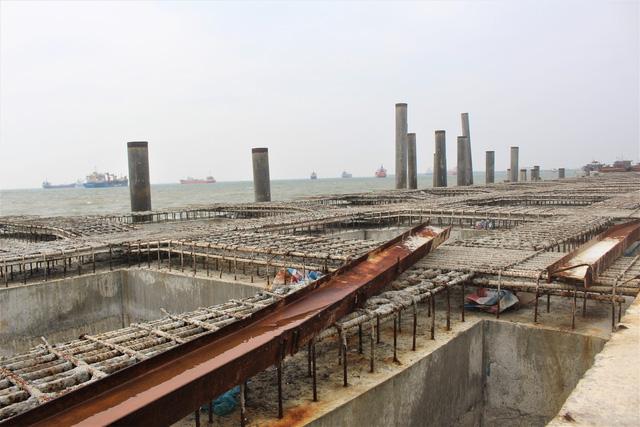 Cầu cảng số 2 (cầu cảng lớn nhất trong dự án) đang được xây dựng thì buộc phải tạm dừng. (Ảnh: Hồng Vân)