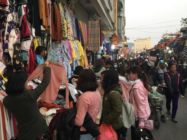 Chợ sinh viên hoạt động tấp nập từ sáng đến tận 22 giờ đêm cùng ngày. Âm thanh được nghe thấy ở khắp mọi nơi là: Giảm giá!