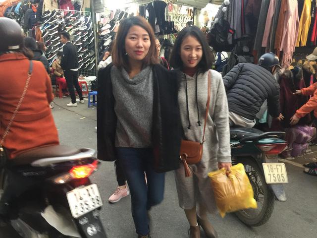 Hai cô bạn sinh viên đã tranh thủ mua được đồ về trưng diện ngày Tết. Hai cô gái này cho biết, đây mới chỉ là ngày đầu mua sắm của mình, ít nhất cũng phải vài lần nữa mới đủ quần áo đi chơi Tết.