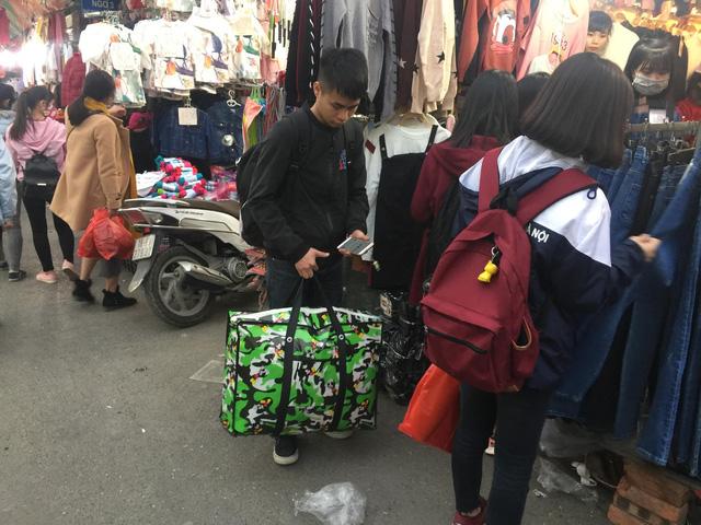 Với nhiều bạn trẻ, tiêu tiền ở các chợ sinh viên khá phù hợp với mức thu nhập chắt bóp của mình. Đa số người trẻ ít quan tâm đến nguồn gốc xuất xứ, cũng như chất lượng các loại sản phẩm mua được.