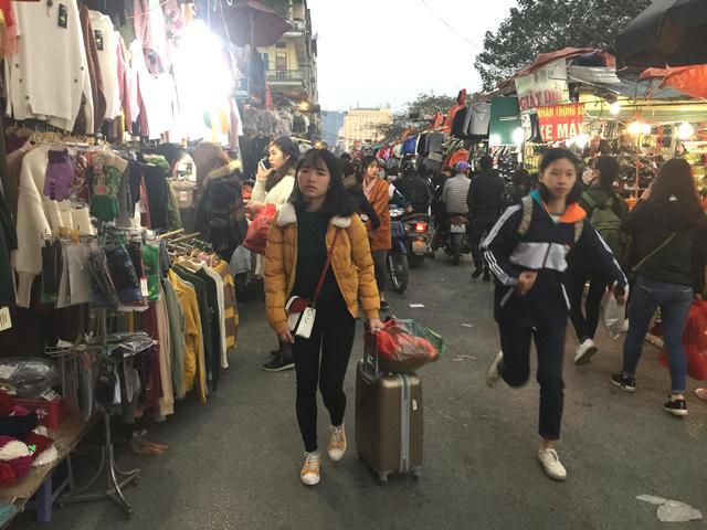 Huyền Thư, sinh viên tại Đại học Sư Phạm Hà Nội mang vali kéo để tranh thủ sắm đồ, rồi ra bến xe về Thái Bình ăn Tết. Hành trang cô mang về quê là những chiếc quần áo cho mình và cho người thân làm quà.